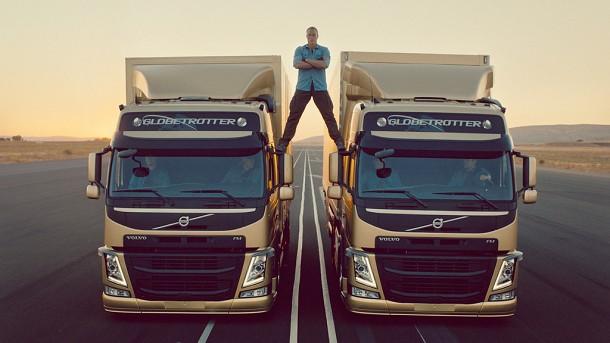 Jean-Claude Van Damme fait le grand écart entre deux Volvo Trucks