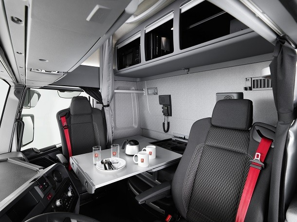 Neue maxispace kabine des renault trucks t high lkw for Renault range t interieur