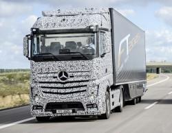 Mercedes toont zijn vrachtwagen met automatische piloot, de Future Truck 2025