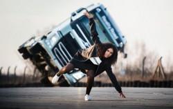 Volvo Trucks begleitet eine Sängerin auf dem Road Trip durch Europa