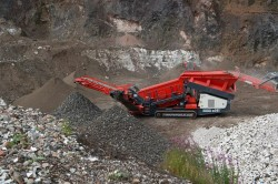 Sandvik QE241, a compact and mobile scalper but with a high capacity