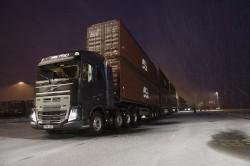 750 tonnes remorquées par un tracteur Volvo Trucks FH16