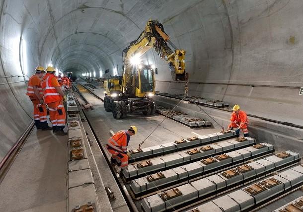 Inauguração do túnel de caminho de ferro de St-Gothard na Suíça