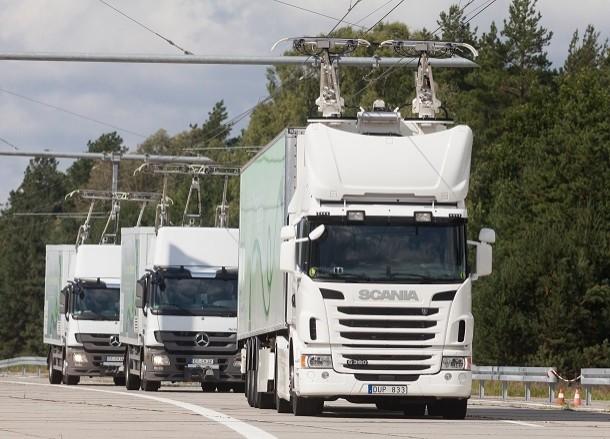 Scanis-Lkws auf elektrisierten Straßen in Schweden