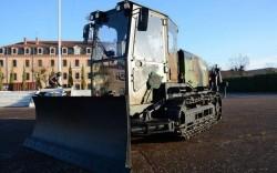 Zoom sobre o bulldozer aérolargable militar