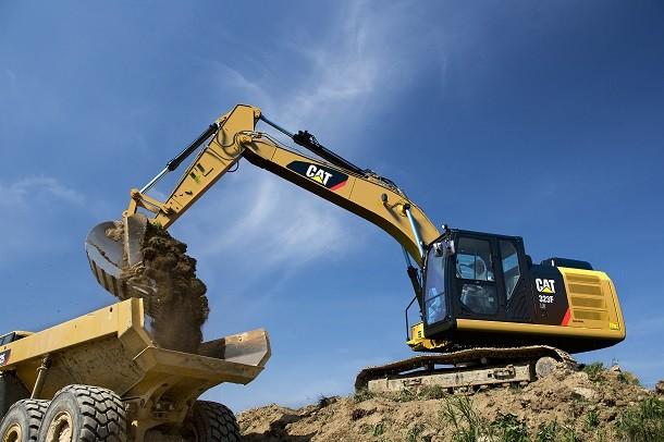 Der neue Bagger 323 F von Caterpillar ist robust und leistungsstark.