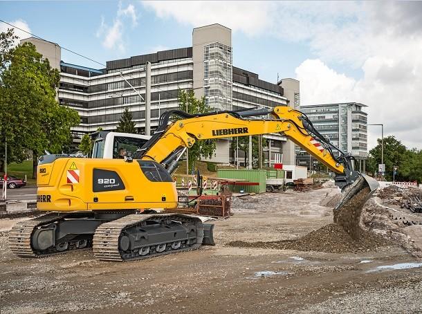 A noav escavadora de rastos Liebherr R920 Compact
