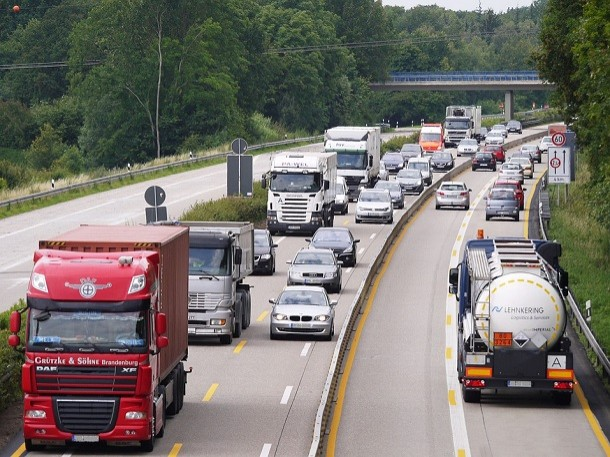 Eine Verstärkung der Fahrzeugsicherheit von der Europäischen Kommission erwogen.
