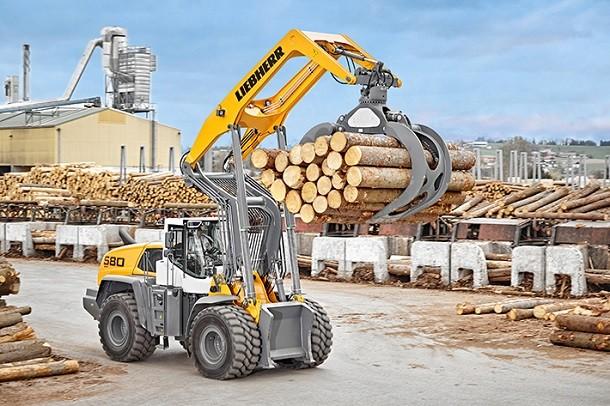 Uma nova carregadora sobre pneus Liebherr para o transporte de madeira