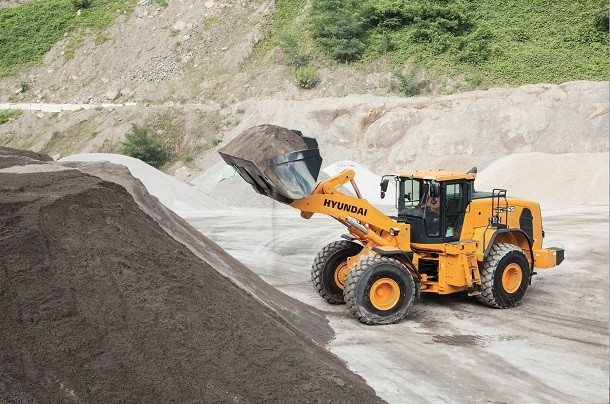 The HL965 loader : a new machine by Hyundai