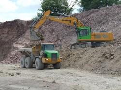 Un escavatore cingolato Liebherr R 956 in azione