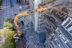 Liebherr R 960 Démolition: der Raupenbagger zerstört ein Hochhaus mit sieben Etagen.