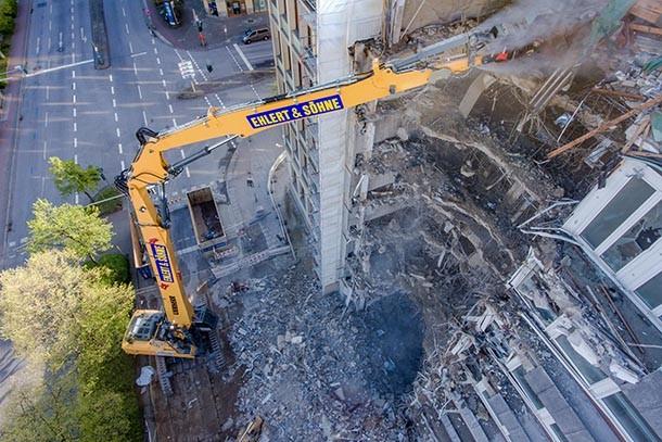 Liebherr R960 Demolición: excavadora sobre cadenas ataca un edificio de siete pisos