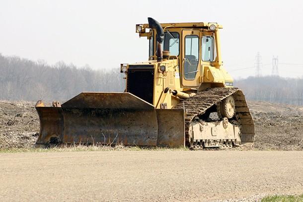 Bulldozer : Tout savoir sur le bulldozer (bouteur), un engin de chantier puissant et massif