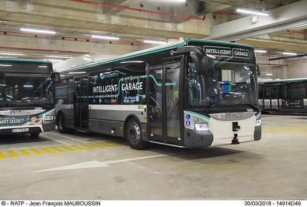Um autocarro autónomo capaz de estacionar sozinho! Demonstração.