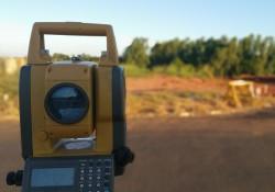 Géomètre-topographe: moitié-terrain et moitié-bureau