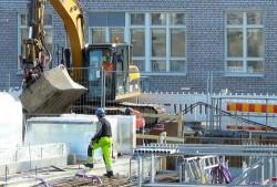 Quels sont les équipements permettant de sécuriser les engins de chantier et la zone de travaux?