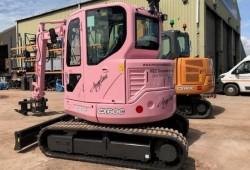 Une mini-pelle rose pour soutenir la lutte contre le cancer du sein