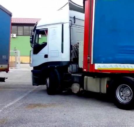 Parcheggia il camion e schiaccia accidentalmente il figlio: tragedia di un autista sondriese