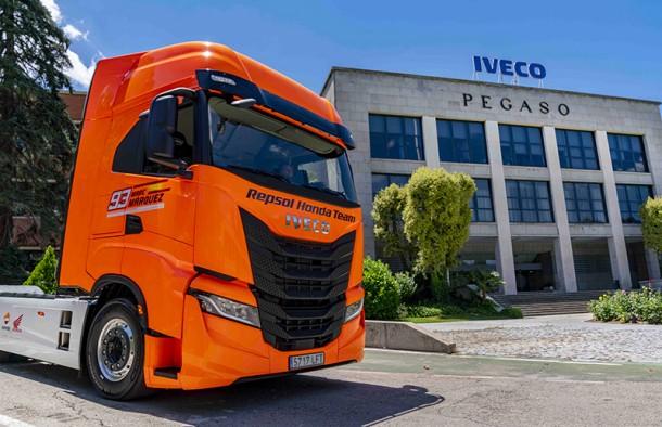 Iveco S-Way si veste d'arancio e scende in pista al fianco del team Repsol Honda