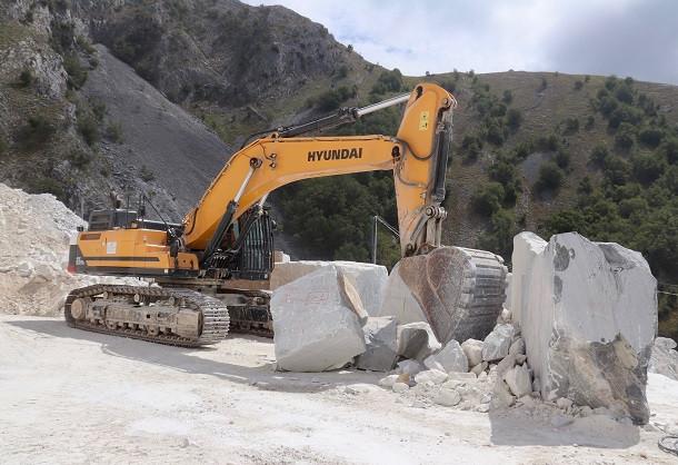 Une pelle Hyundai en carrière de marbre