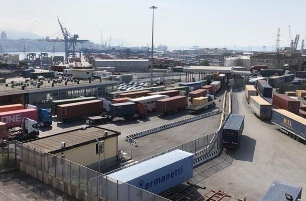 """Tir bloccati al porto di Genova. Trasportounito: """"Situazione insostenibile, pronti alle barricate"""""""