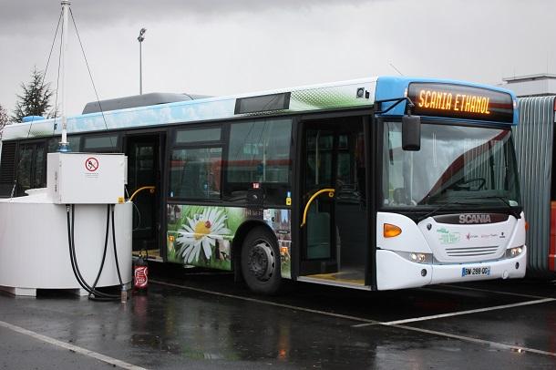 Un autobus Scania OmniCity roulant à l'ED95.