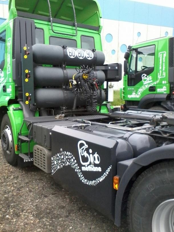 Un tracteur Iveco Stralis équipéde réservoirs de biométhane.